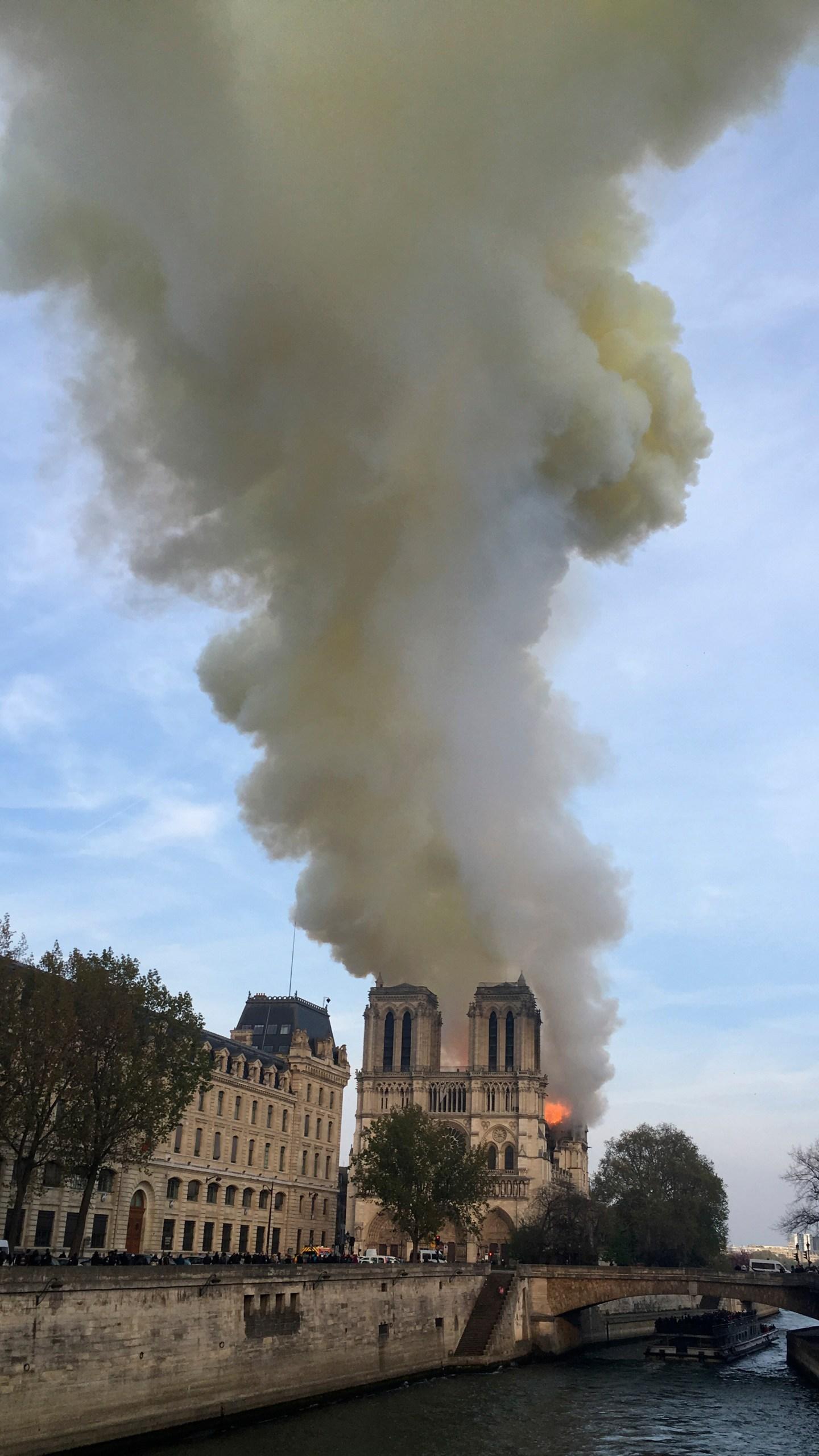 France_Notre_Dame_Fire_97124-159532.jpg23388896