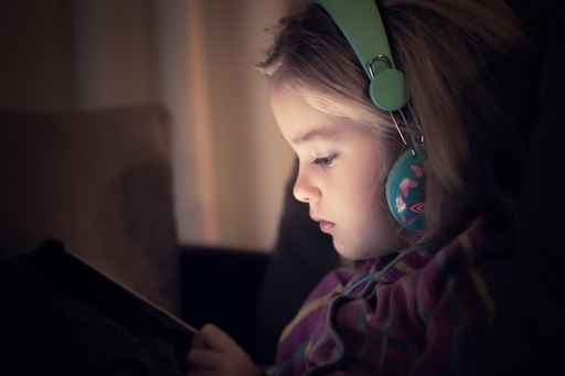 Little girl watching her tablet_1556128685922